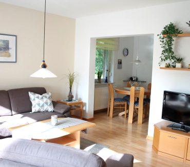 Wohnbereich mit LCD-Fernseher